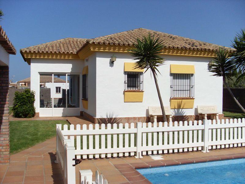 Chalets casas y villas con piscina en conil de la frontera for Chalet con piscina en conil